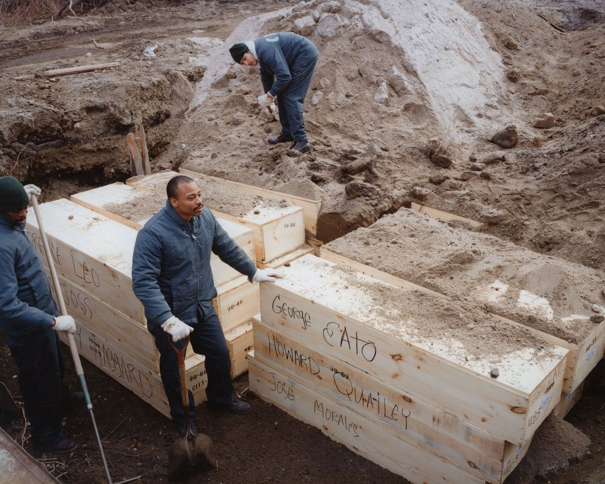 Prisoners from Rikers Island Corrections Centre bury coffins in February 1992.