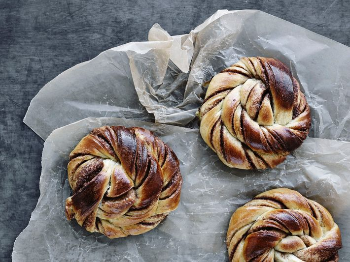 The finished product: a batch of Danish kanelsnurrer, fresh from the oven.
