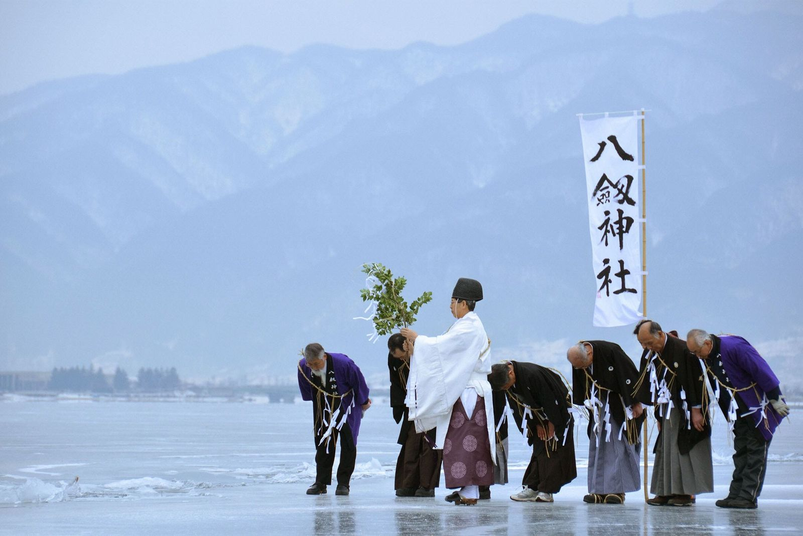 01-shinto-monk-lake-suwa