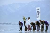 01-shinto-monk-lake-suwa