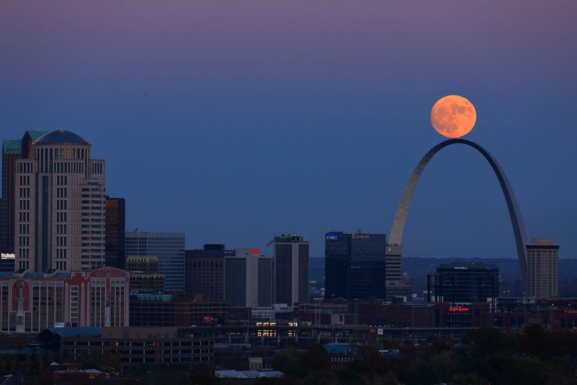 The November 2016 supermoon seems to balance on top of the St. Louis Arch in Missouri.