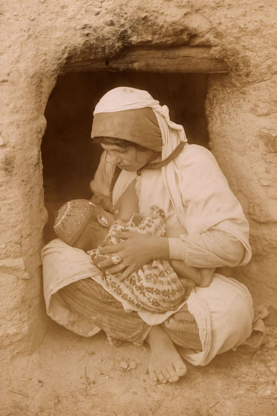 25 Vintage Photos of Motherly Love