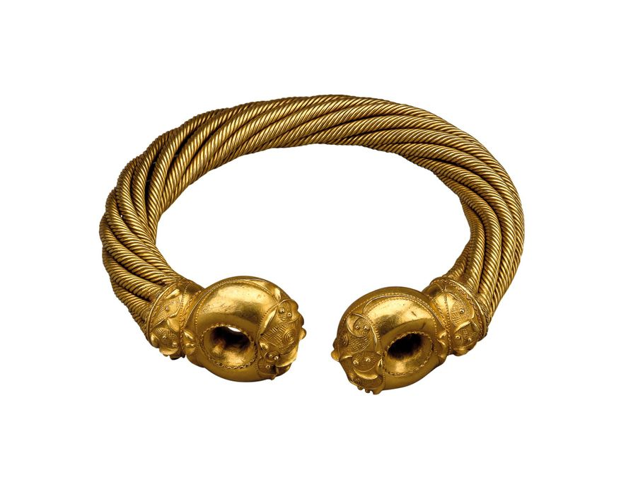 Tacitus describes Boudica wearing a torque, a feature of Celtic warrior dress. Weighing just over two pounds, the Snettisham Great Torque is made from an alloy of gold, silver, and copper. 150-50 B.C. British Museum, London
