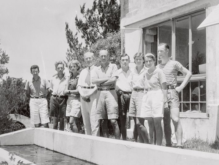 Gloria Hollister Anable (1900-1988), third from the left, set the world record for deepest dive made ...