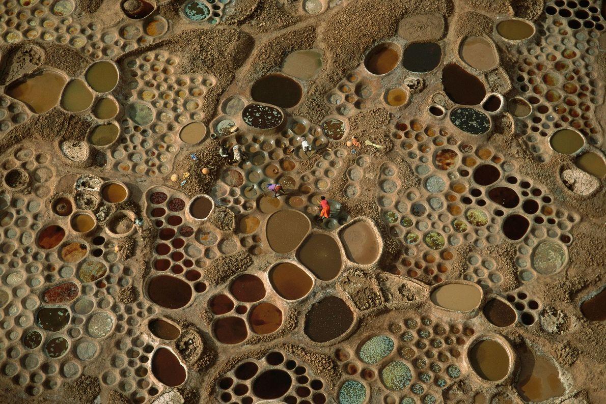 Pools of evaporating salt water produce slurries of different colors in Niger.