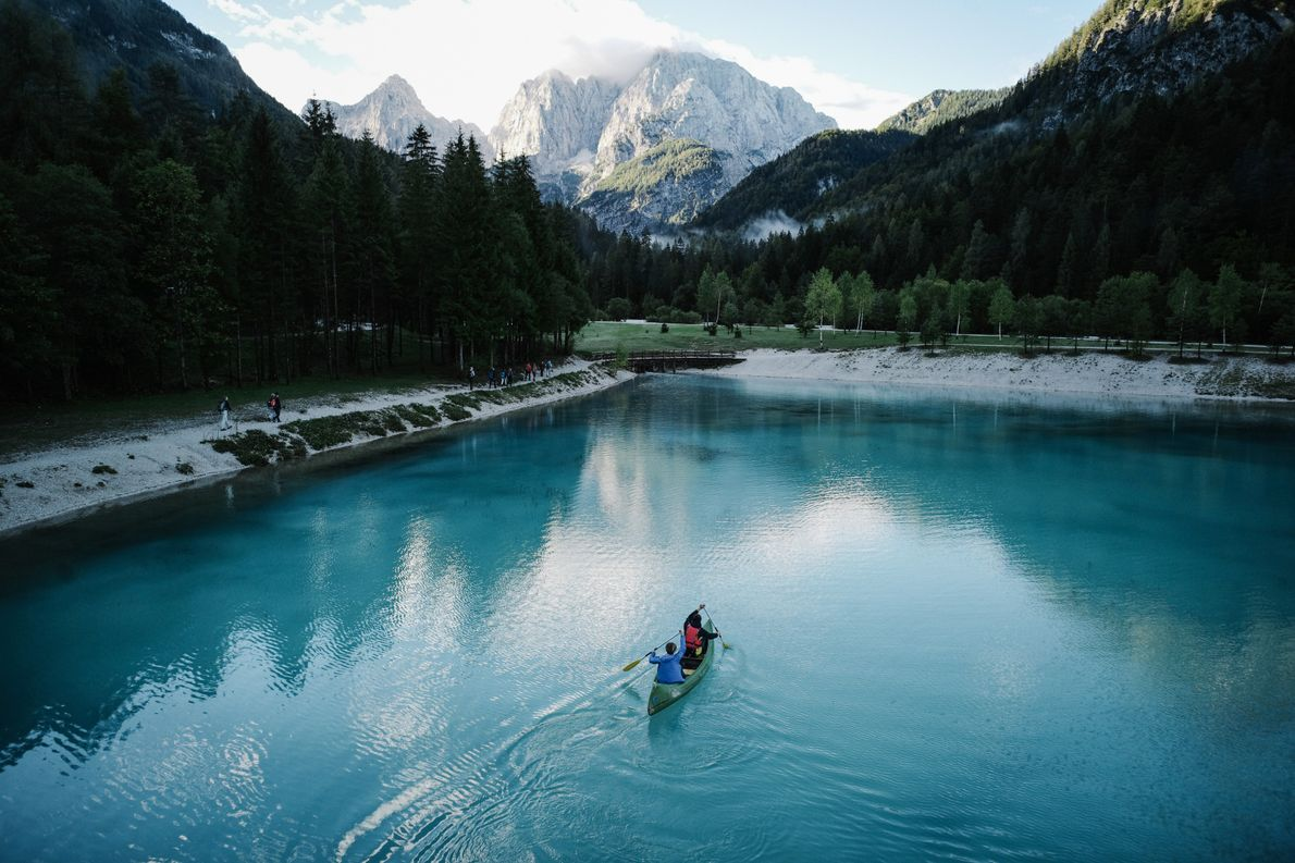 An early morning paddle on Lake Jasna. Get here in time and you'll see the sun ...