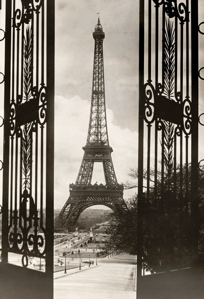 The gate of the Trocadero frames the Eiffel Tower in a July 1921 photograph.