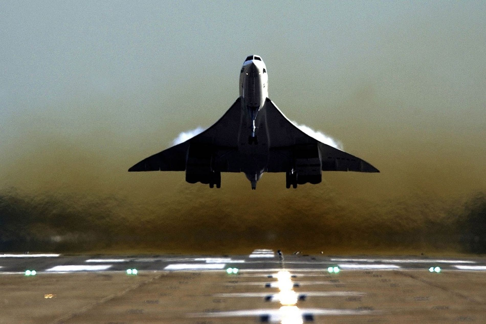 The most iconic feature of the aircraft, Concorde's delta wing design allowed for devastating speed – but required great thrust to combat drag to get airborne. Takeoffs were often accompanied by vapour rising from the wings.