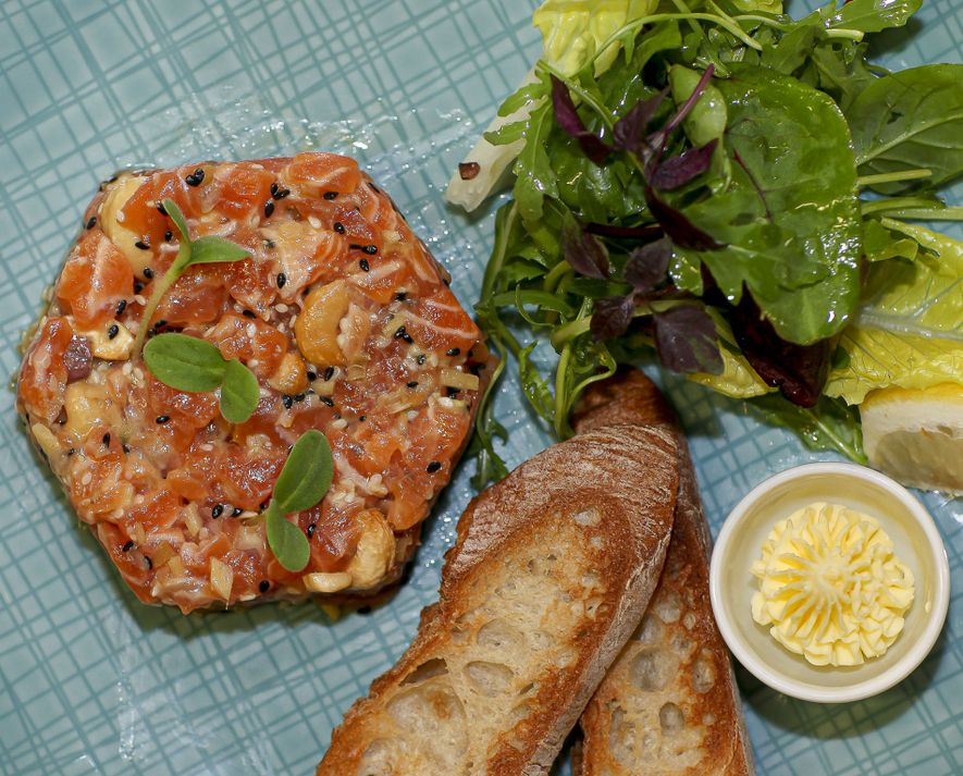 Salmon tartare with wasabi and citronella, Bleu Lézard