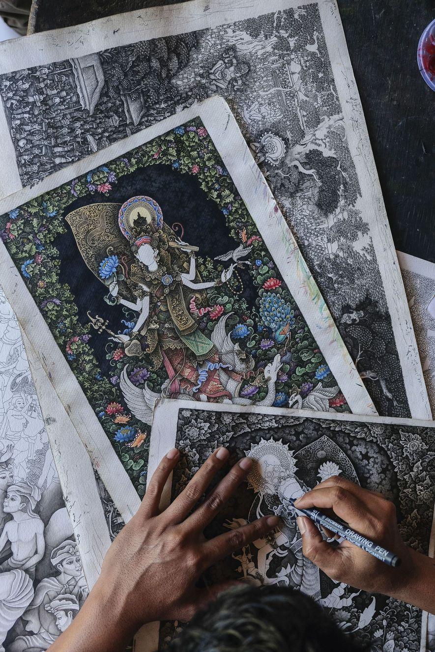 Wayan working on an intricate Keliki-style drawing.