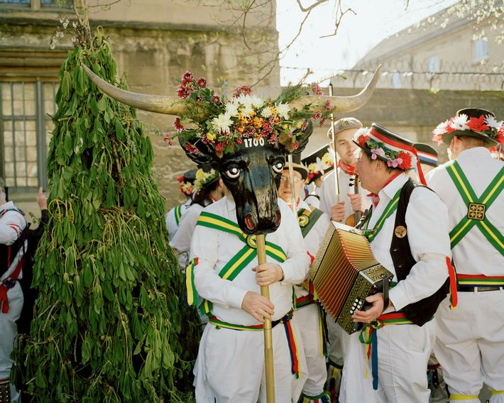 Oxford: on May Day morning, Abingdon Traditional Morris Dancers gather. The horns are a replica of an ...