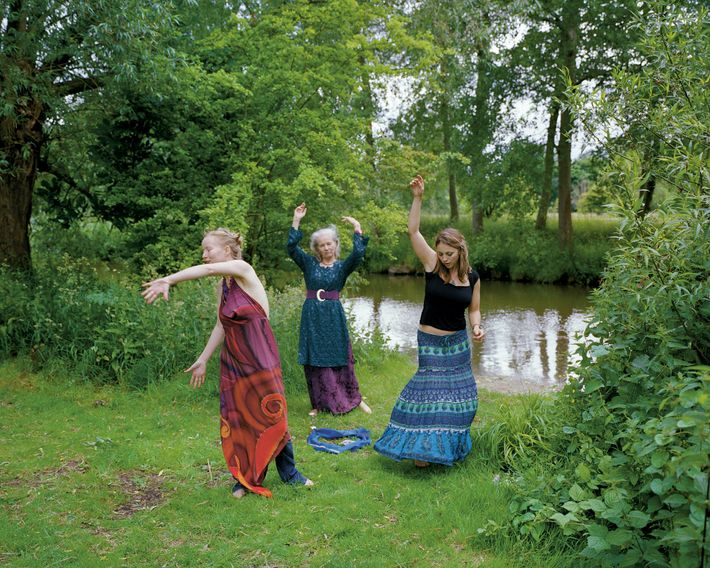 Oxford: a pagan river ritual, organised by the Oxford Pagan Circle. The ritual is personalised with blue fabrics, ...