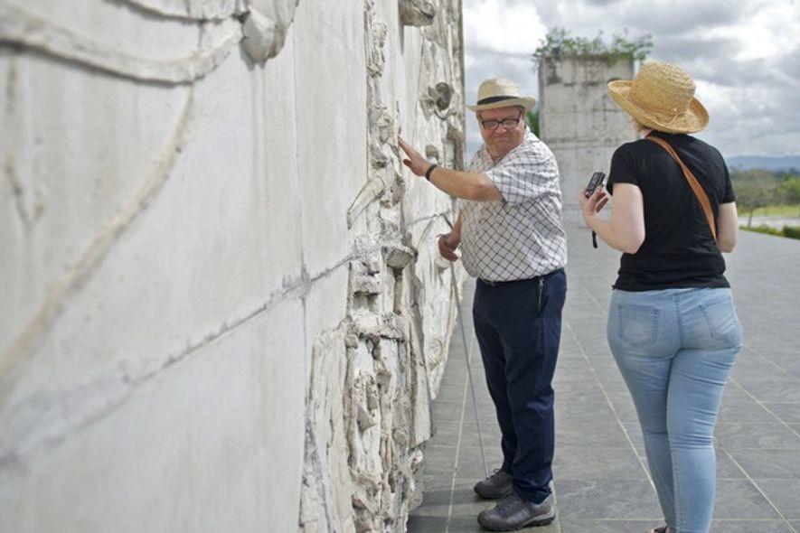 Bob touches the Santa Clara Che Guevara Mausoleum. Image: Mark Stratton
