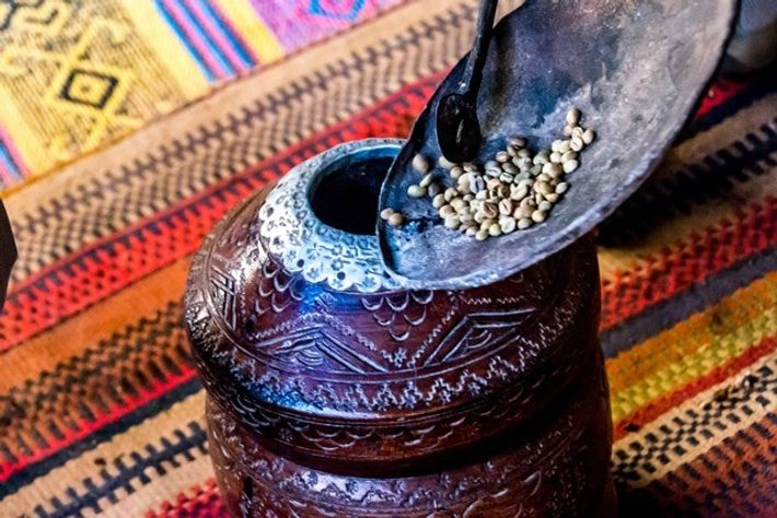 Grinding coffee beans in a mihbash