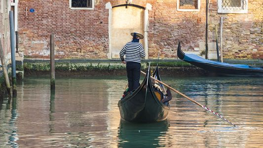 Discover the waterways of Venice