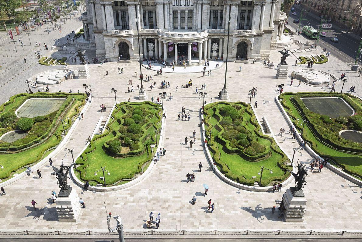 The front gardens of the Palacio de Bellas Artes.