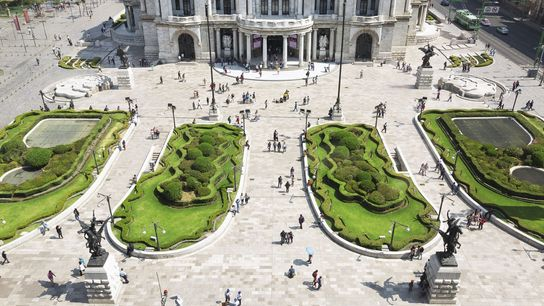 The front gardens of the Palacio de Bellas Artes.