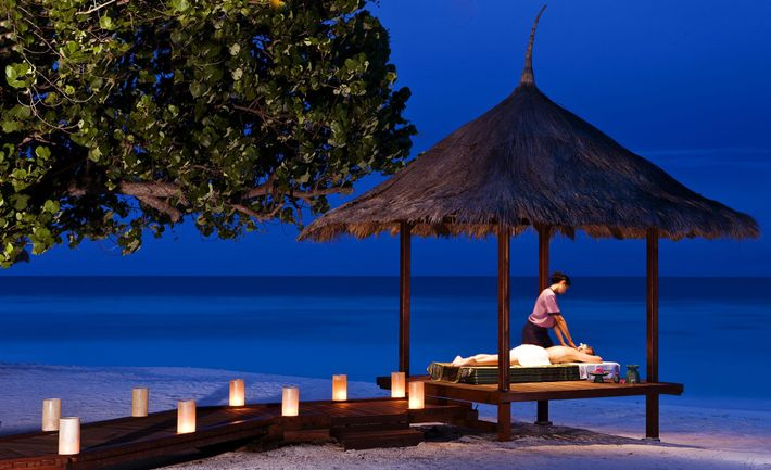Outdoor Massage at the Banyan Tree Maldives Vabbinfaru Spa