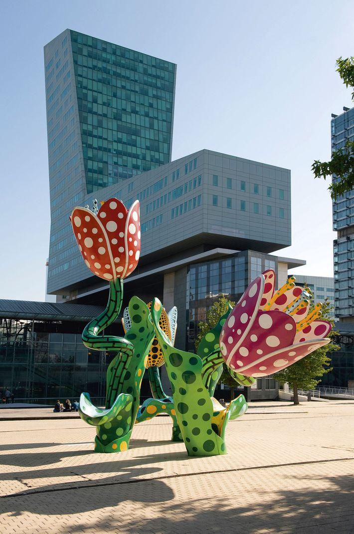 Yayoi Kusama sculpture, Euralille
