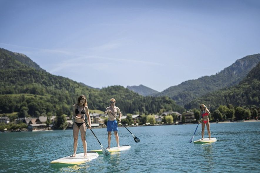 Stand-up paddleboarding on Lake Fuschl. Image: Michael Groessinger