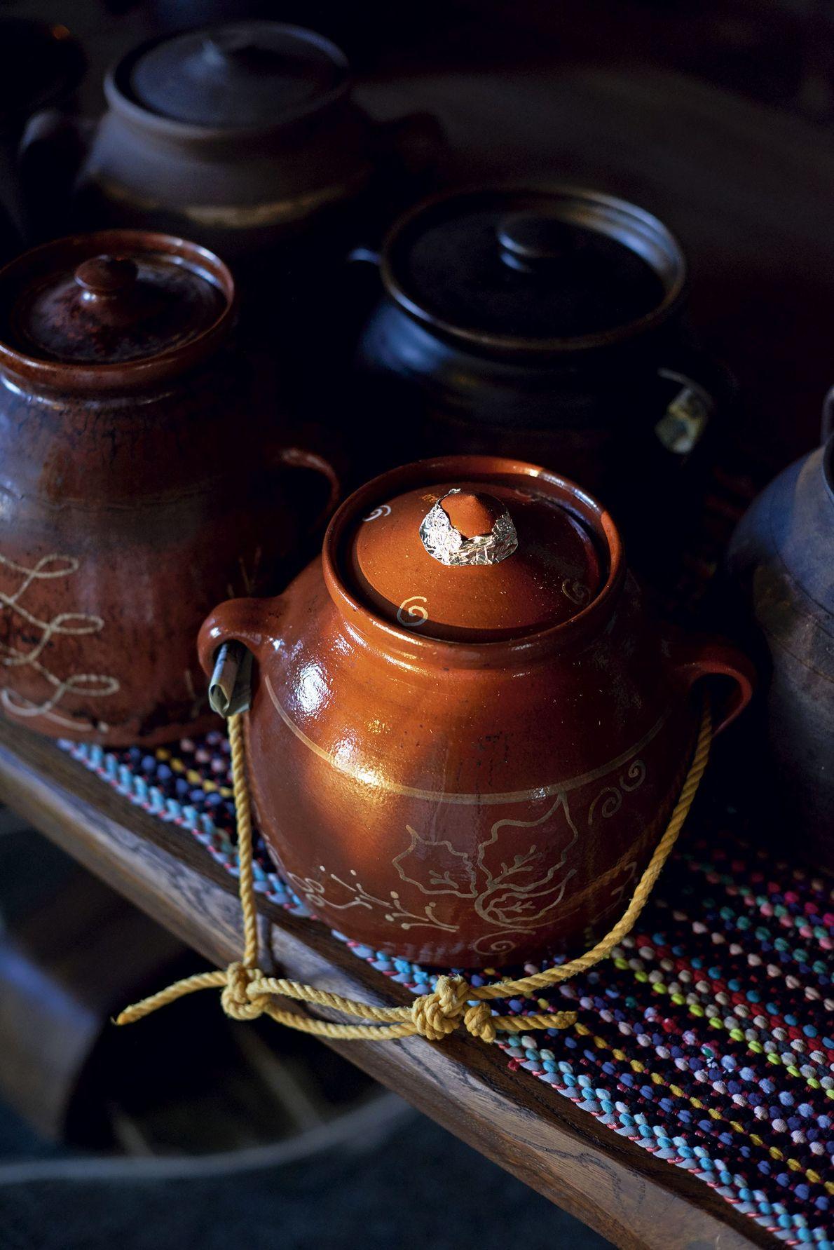 A traditional skepastaria pot.