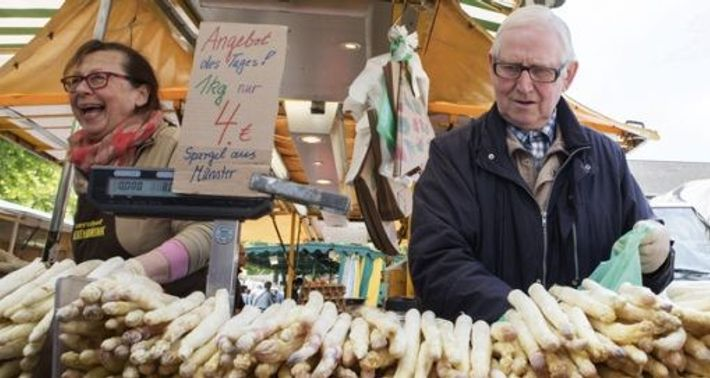 White asparagus on sale at the Wochenmarkt, held every Saturday outside St Paul's Cathedral