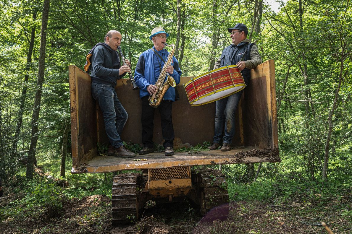 Musicians entertain the maggiaioli during the logging of maggio. Music is essential to the festival, so ...