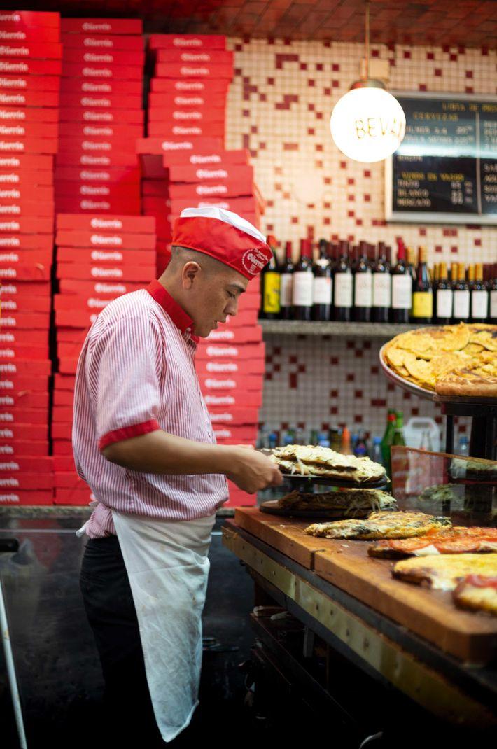 Fugazza at Pizzería Güerrin.