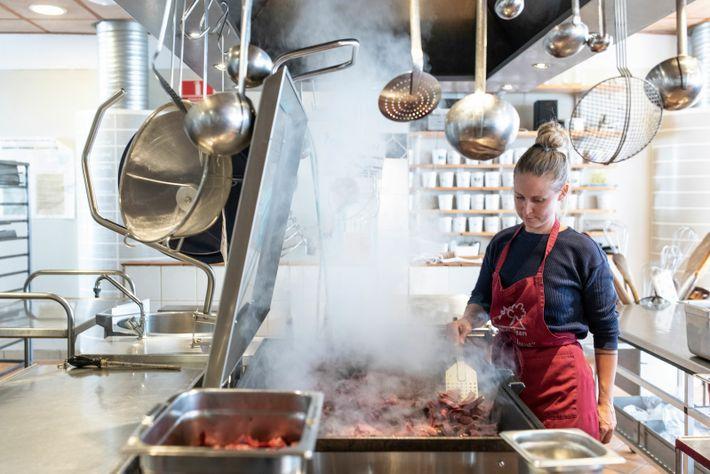 Marie Stærmose cooks calf's heart in cream sauce.