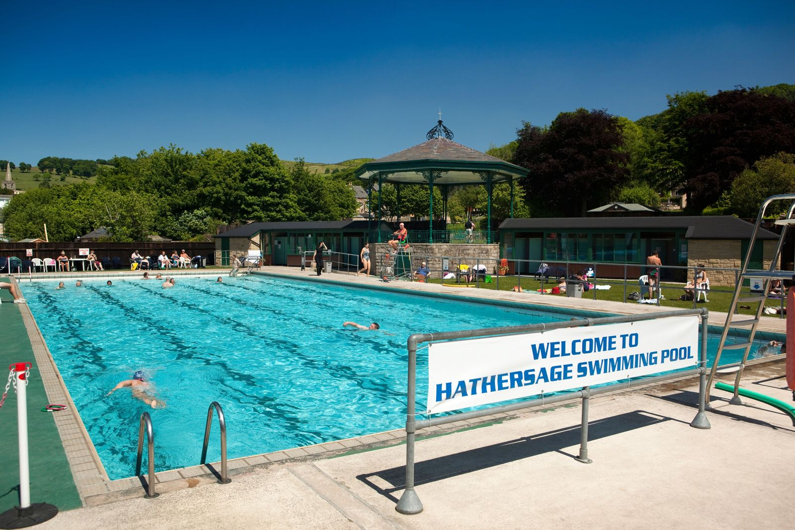 Hathersage's historicswimming poolfeatures quaint touches like a band standand a retro solarium.