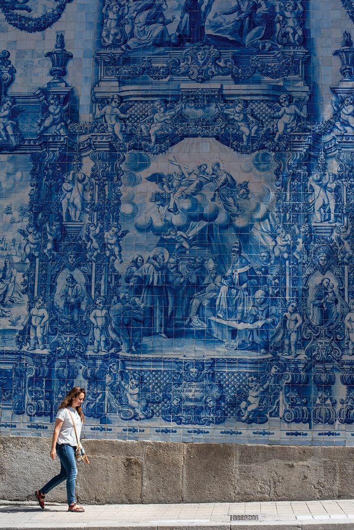 Distinctive azulejo tiles on the outside of the Chapel of Souls on Rua de Santa Catarina.