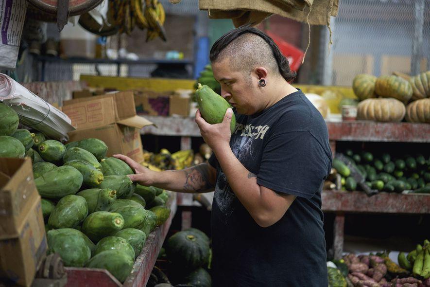 Diego Hernández sourcing ingredients in Mercado Central