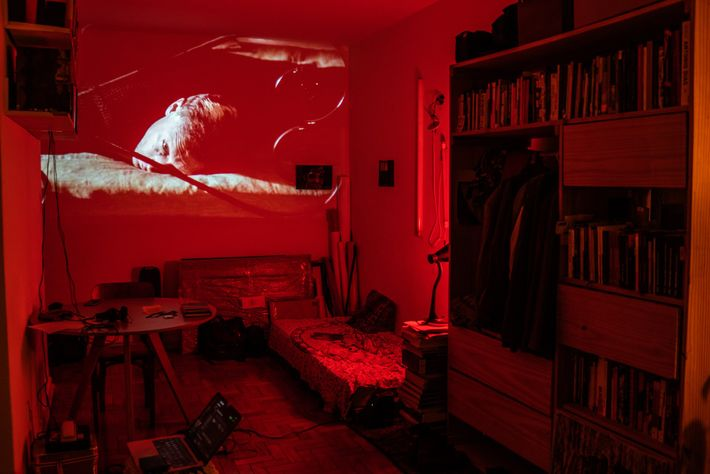 Ilê Sartuzi transforms his apartment into a makeshift movie theater. Forced to stay inside, residents are ...
