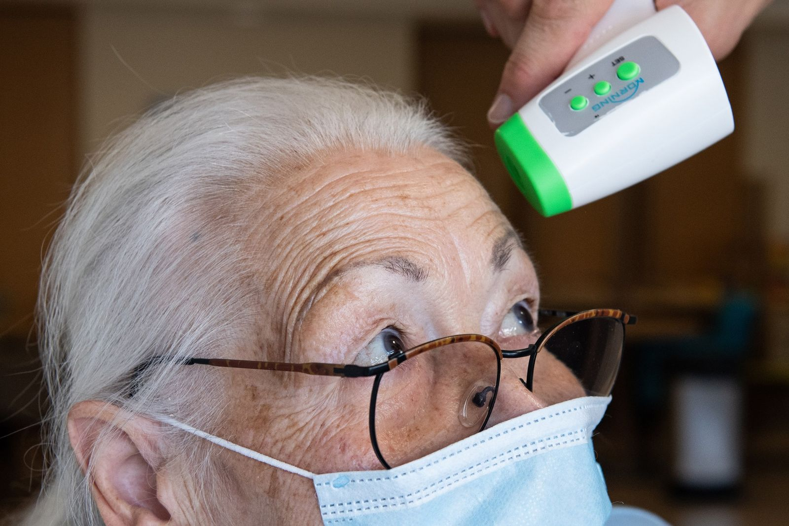 Jenny Nelle, a resident of an AWO senior center in Kassel, Germany, has her body temperature ...