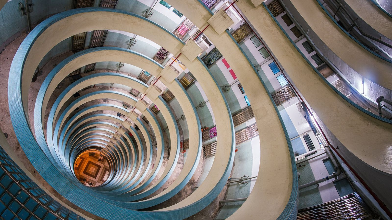 Standing on a middle floor of an old Tube apartment complex in Hong Kong. It's interesting ...