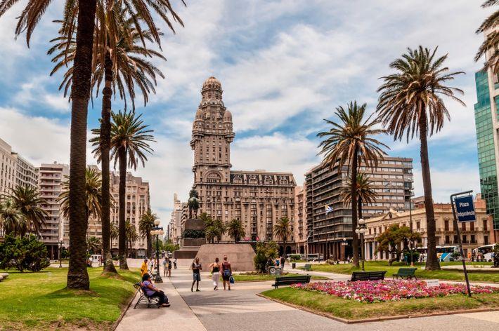 Plaza Indepedencia and the Palacio Salvo building.