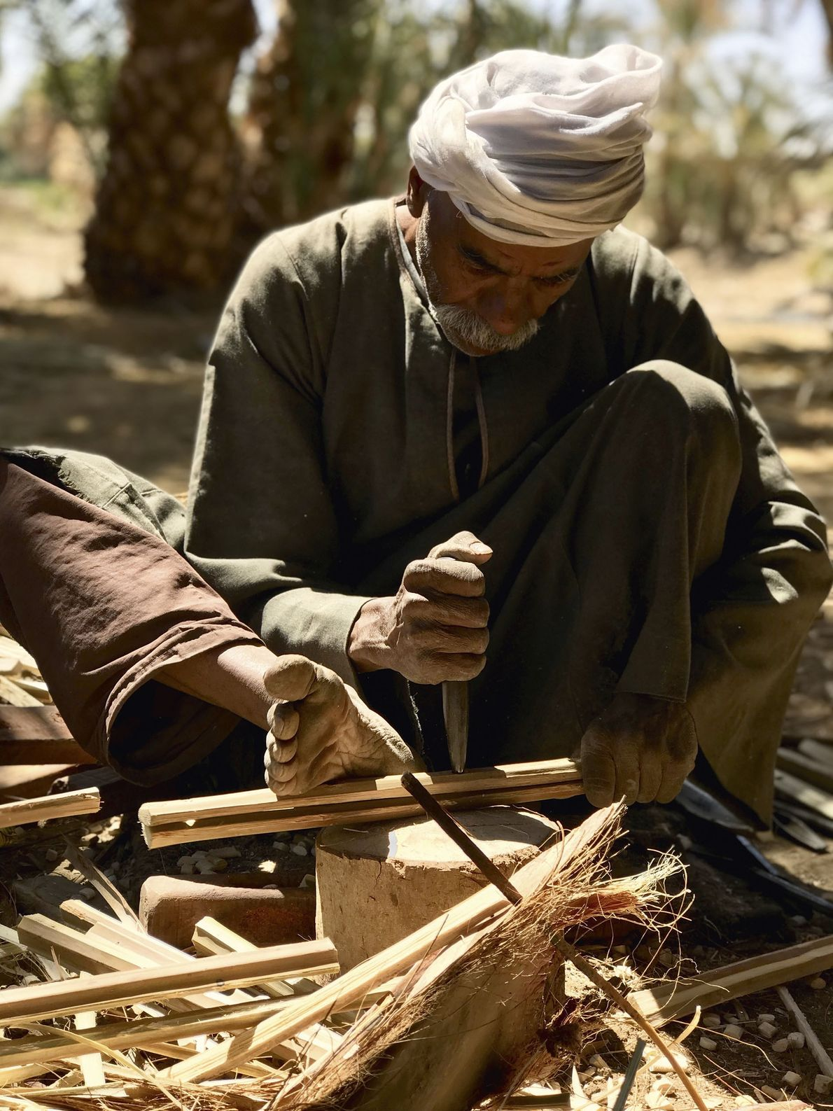 Mohammed Taha making crates from the wood of date palms, Farez.