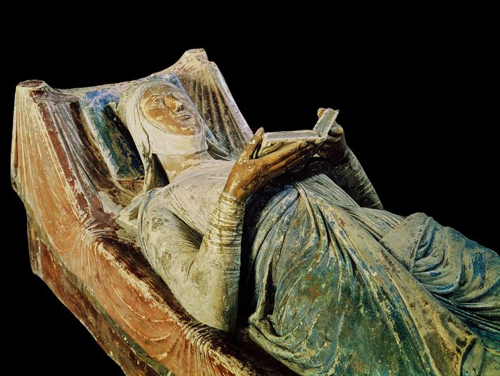 A likeness of Eleanor of Aquitaine lies above her tomb in Fontevraud Abbey. At the time ...