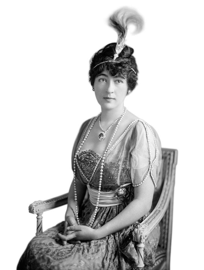 Evalyn Walsh McLean, American heiress, wearing the Hope Diamond, circa 1920.