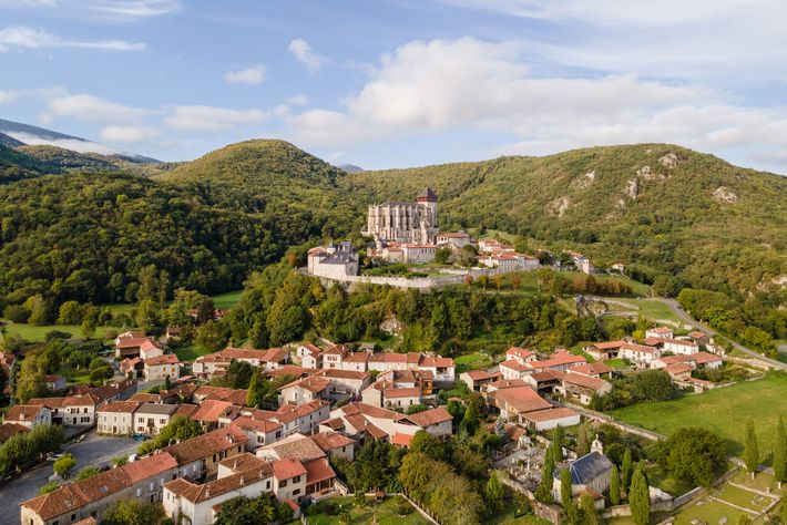 The medieval town of Saint-Bertrand-de-Comminges, dominated by its cathedral.