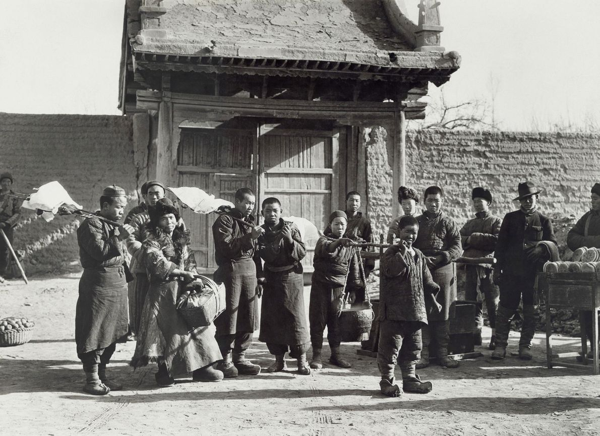 Cooks bring vats of local soup to the walled city of Ganzhou, China for the Citroën-Haardt ...