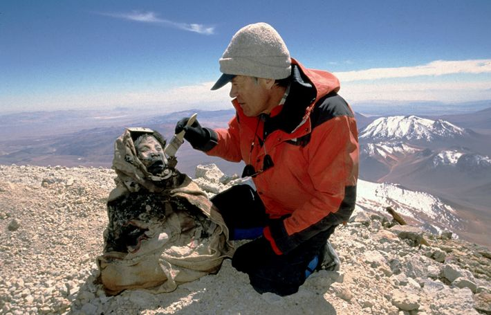 Anthropologist Johan Reinhard discovers the 500-year-old frozen remains of a teenage girl sacrificed to Inca gods ...