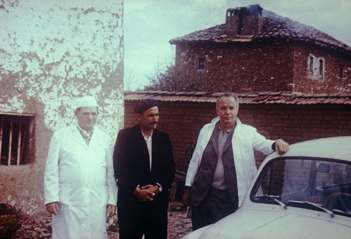 Ibrahim Hoti (centre) stands with two doctors during the smallpox epidemic in Kosovo, 1972.