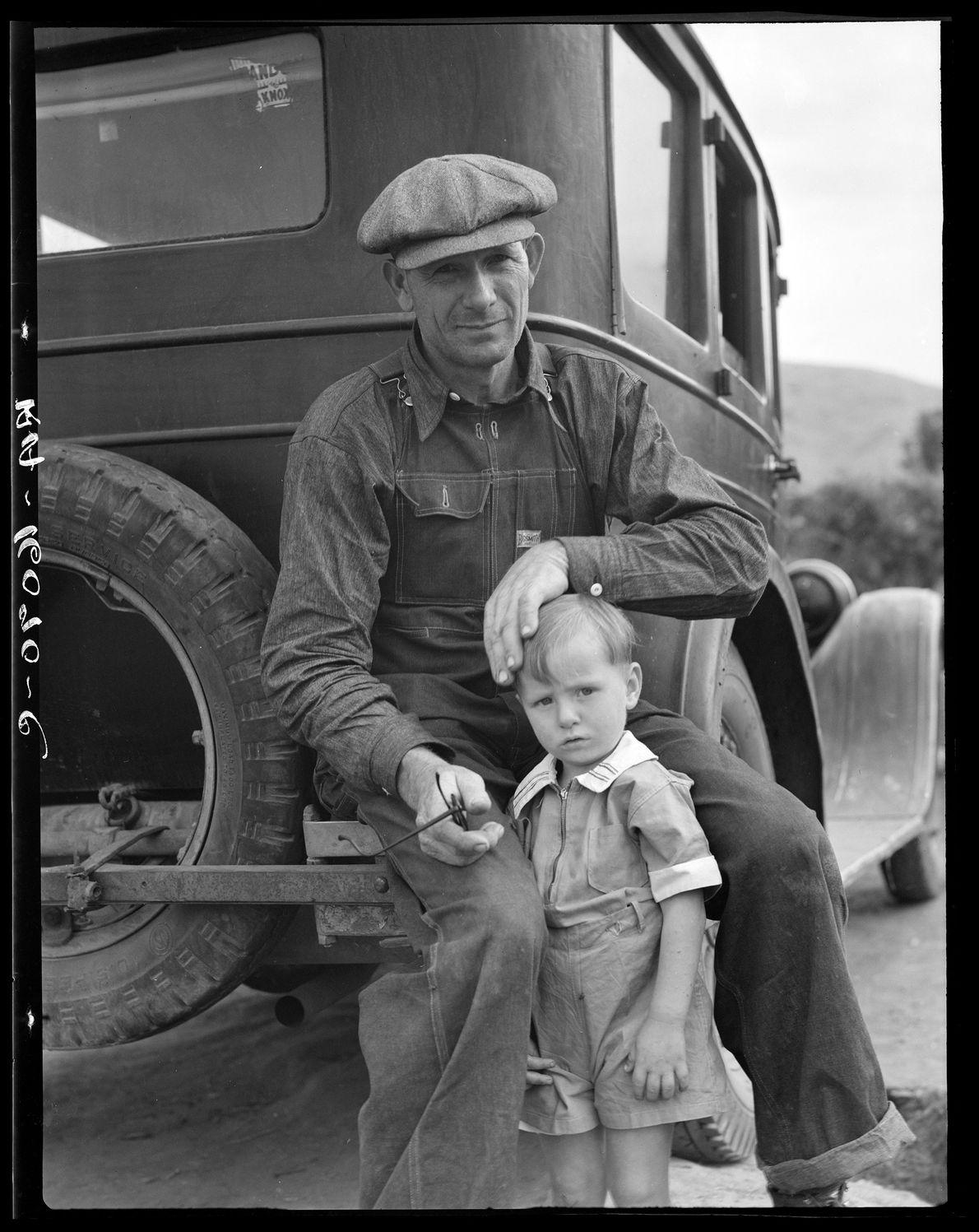 Drought refugee from Polk, Missouri. Awaiting the opening of orange picking season at Porterville, California. November ...