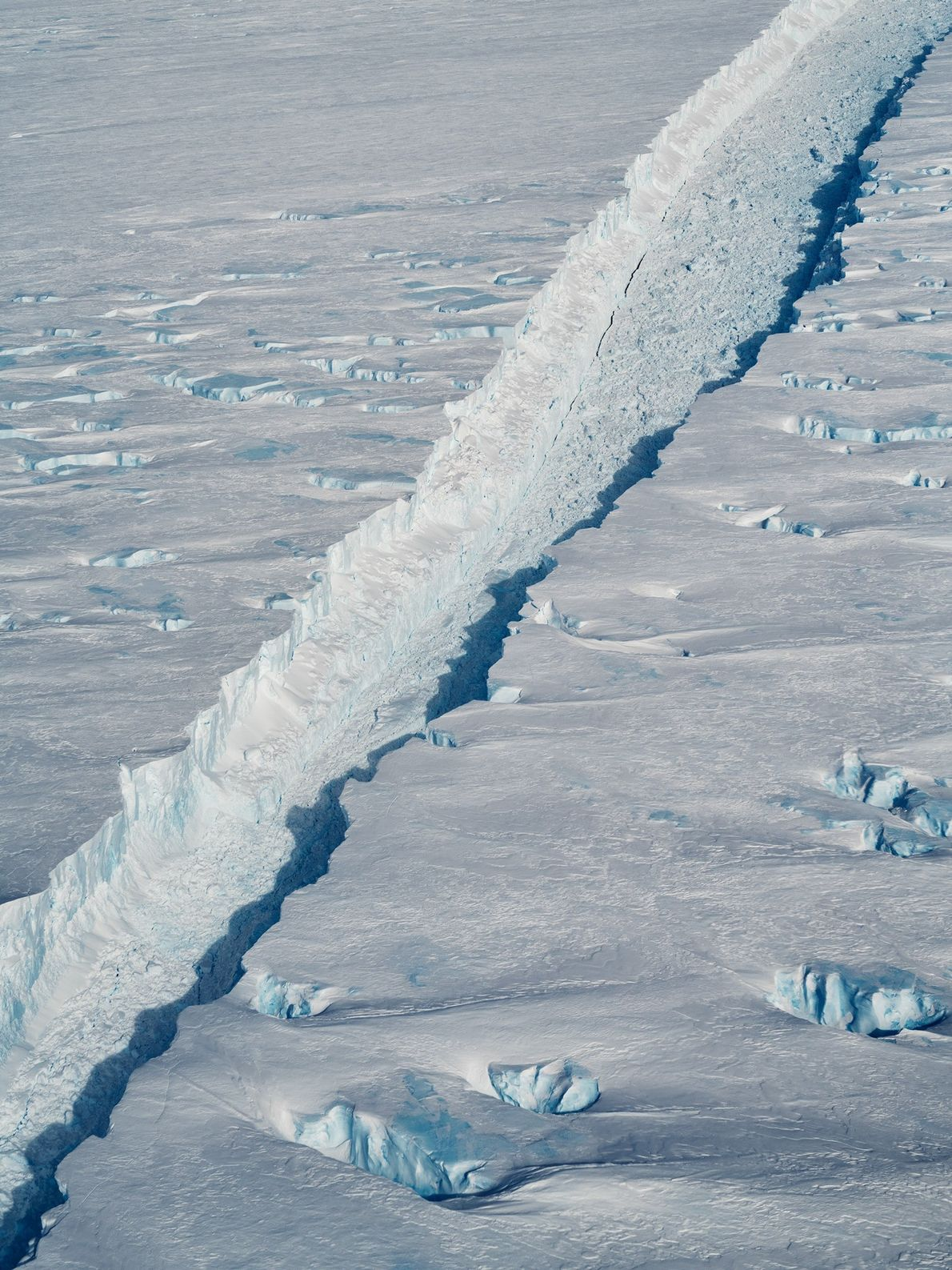 The fissure that separates the B-46 iceberg from the shelf of the Pine Island Glacier in ...