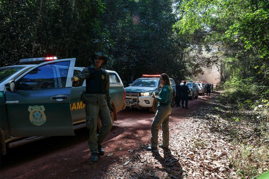 IBAMA agents scoured backroads in Espigão d'Oeste to find timber that had been illegally harvested from indigenous lands. Officials said area sawmill operators had hidden it.