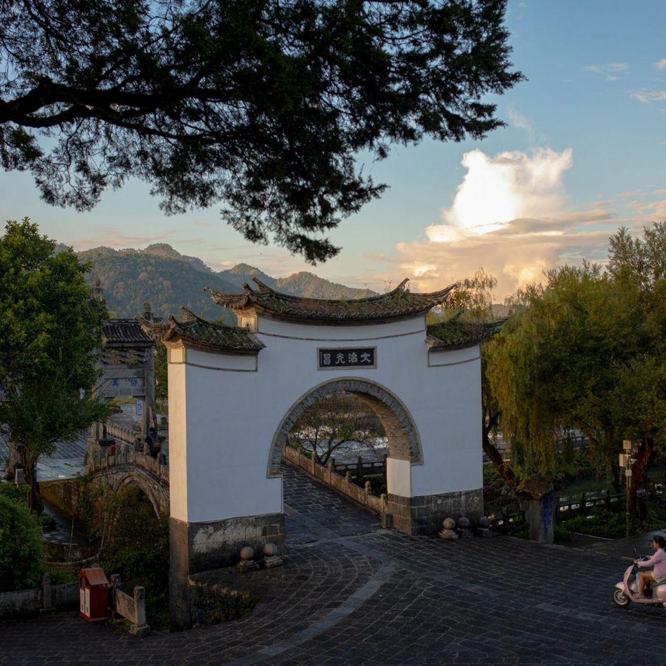 Walking storyteller begins historic trek through China's heartland