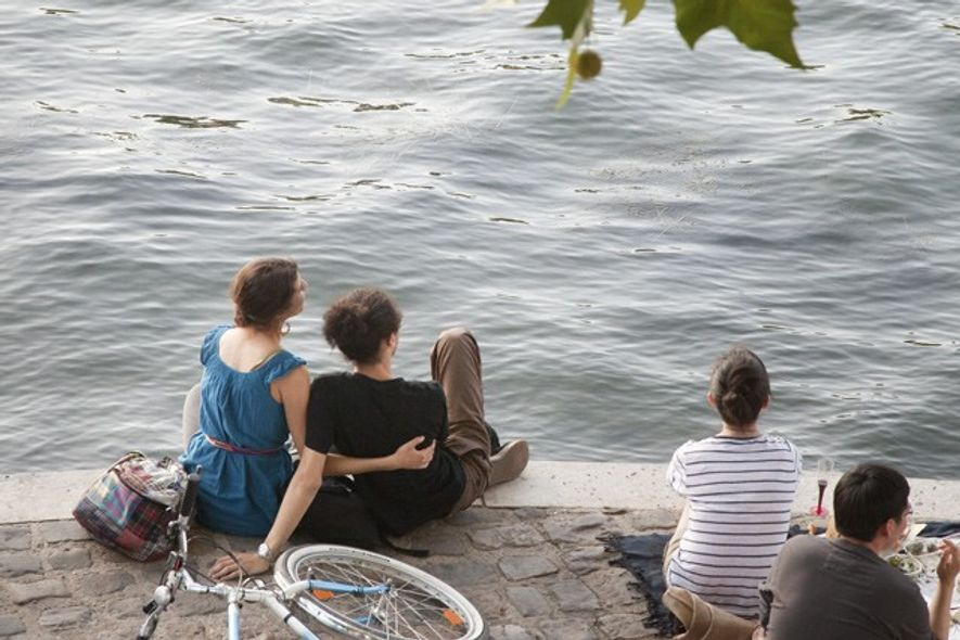 Relaxing by the Seine. Credit: Daniel Thierry
