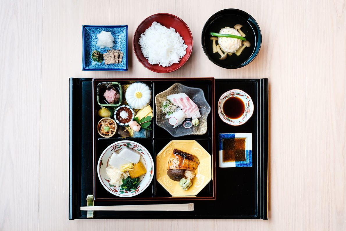 The quintessential Japanese plate, the Shokado bento box draws inspiration from the partitioned paint boxes used by ...