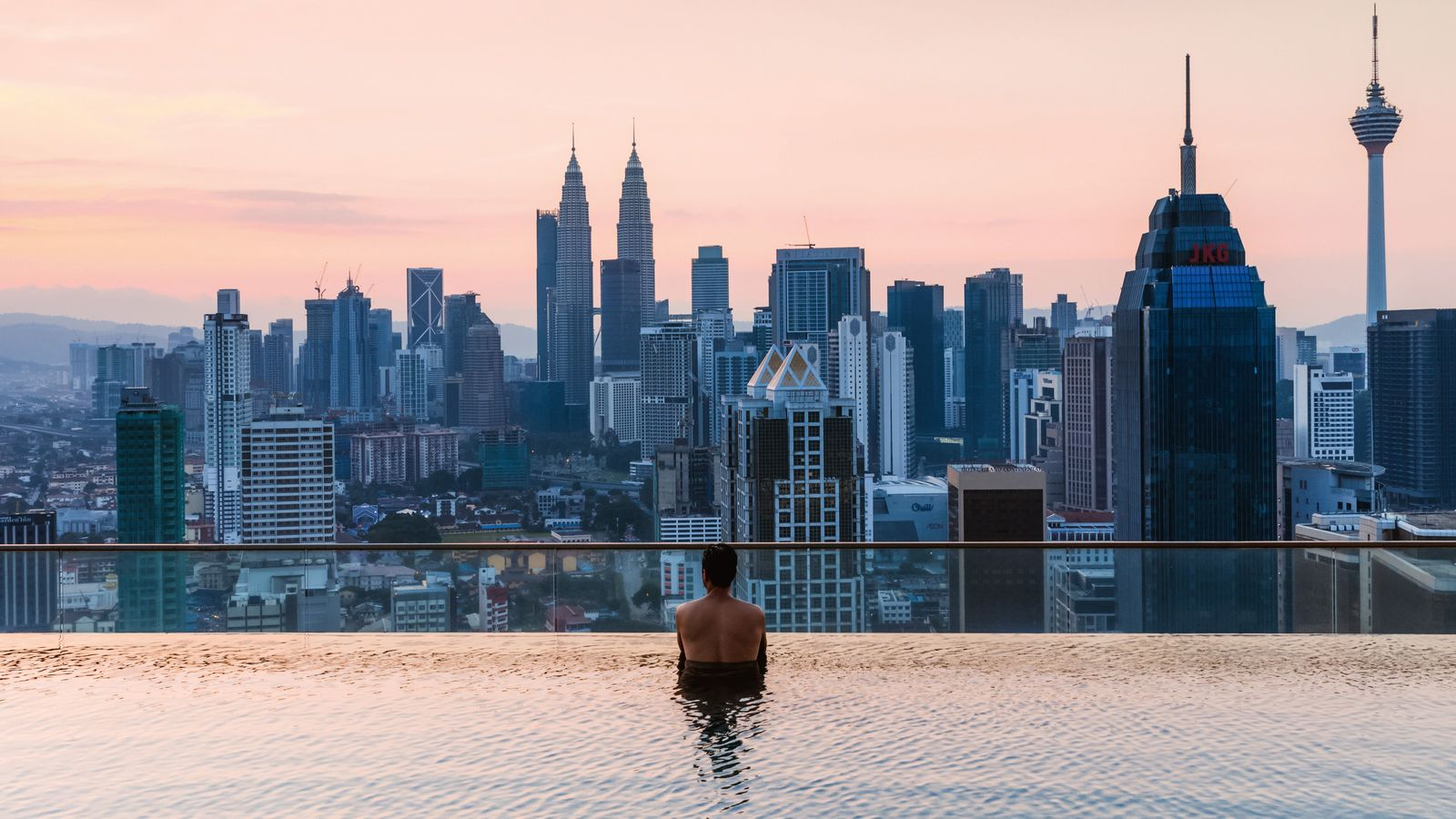 The view from an infinitypool on a terrance in Kuala Lumpur
